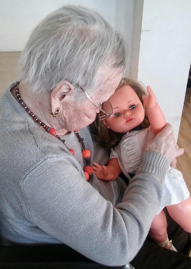 terapia con muñecas-alzheimer